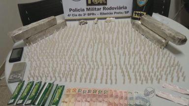 Homem é preso com drogas em ônibus em Brodowski, SP - Durante vistoria, polícia apreendeu os entorpecentes e prendeu suspeito em flagrante por tráfico.