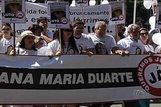 Familiares e amigos de jovem morta em lanchonete fazem passeata em Goiânia - Familiares e amigos da assessora parlamentar Ana Maria Duarte morta na semana passada durante uma tentativa de assalto, realizaram um culto nesta quinta-feira (20) um culto na Assembleia Legislativa.