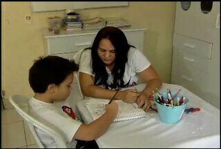 Pais de alunos com necessidades especiais encontram dificuldades para matricular filhos - Escolas particulares cobram taxas extras para matricular estudantes com necessidades especiais.