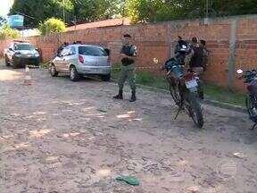 Capitão da PM é baleado em tentativa de assalto e suspeitos estão cercados - Oficial levou um tirou no ombro e está em estado grave no HUT.Um suspeito foi preso e o segundo está cercado em matagal na Zona Sudeste.