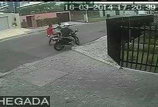 Dupla é flagrada por câmeras ao roubar uma moto em Aracaju - Dupla é flagrada por câmeras ao roubar uma moto em Aracaju.