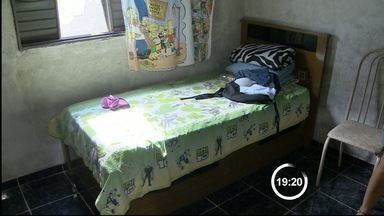 Mãe de Taubaté, SP, acorrenta o próprio filho na cama - Segundo ela, foi um ato de desespero para evitar que ele fosse atrás de drogas.