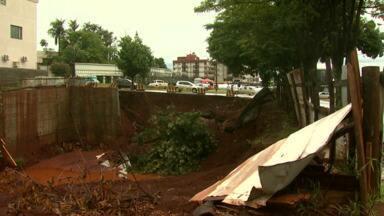 Desmoronamento assusta moradores de prédio em Medianeira - Quando a encosta caiu de madrugada, os moradores saíram às pressas dos apartamentos