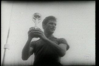Morre o ex-jogador bicampeão mundial Bellini - Ele tinha 83 anos e estava internado desde terça-feira em São Paulo. Bellini ficou famoso por levantar a taça de campeão do mundo pela primeira vez.