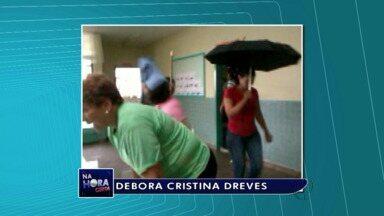 Creche fica alagada por causa de infiltrações - Os funcionários precisaram pegar os rodos para limpar a escola