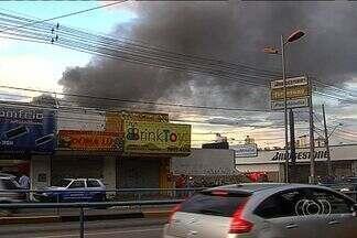 Incêndio destrói loja de brinquedos na Avenida Anhanguera em Goiânia - Ainda não se sabe as causas que provocaram as chamas. Foram necessários três caminhões dos bombeiros para controlar o fogo.