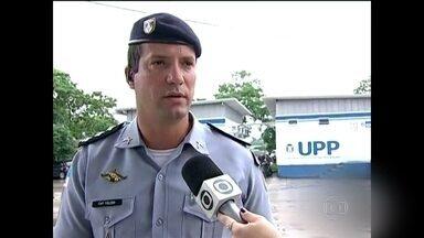 Comandante de uma Unidade de Polícia Pacificadora do RJ é baleado - Bandidos também atearam fogo numa das bases da UPP de Manguinhos. Fogo atingiu a rede elétrica da comunidade que está às escuras. Comandante da UPP, o capitão Gabriel Toledo, foi atingido na coxa direita.