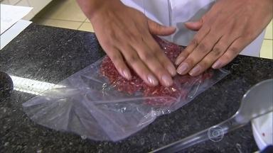 Carnes devem ser congeladas em porções - Qualquer carne pode ser congelada. Mas uma vez descongelado, o alimento não pode voltar para o freezer. O ideal é congelar a carne em porções pequenas.