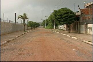 Moradores de rua em Suzano reclamam da péssima condição da estrada - No local, o asfalto da via quase não existe mais e os canos de esgoto estão estourando.