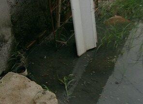 Moradores de bairro de Linhares, Norte do ES, pedem tratamento de esgoto - Diretoria de operações do Saae garantiu que o problema já foi resolvido.
