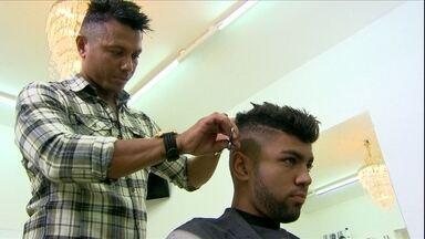 Conheça quem faz a cabeça do santista Gabigol - Atacante do Peixe gosta de inovar no cabelo