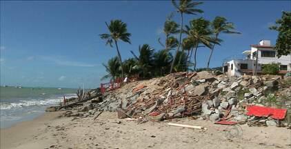 Ruínas e entulhos dos bares estão acumulados na Praia do Poço, em Cabedelo - Turistas e visitantes se decepcionaram com a falta de estrutura que encontraram no local depois da demolição das barracas da orla.