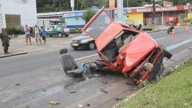 Motorista supostamente embriagado destrói carro em acidente, diz PM-AM - Veículo colidiu com árvore e banco do passageiro foi arremessado.Segundo a polícia, condutor não apresentava ferimentos graves.
