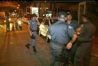 PM realiza operação 'Fecha Quartel' em Campos, no RJ - O objetivo é localizar e apreender armas, drogas e veículos irregulares.Concentração acontece na Ponte do bairro Lapa e no bairro Eldorado.