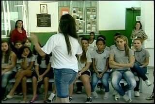 Após sofrer bullyng, menina em Petrópolis faz histórias para peças - Agora ela e os pais levam essa história para as escolas da cidade.Menina ajuda nas peças e também escreveu uma história sobre o assunto.