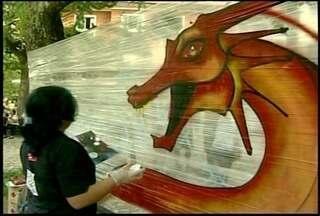 Grafiteiros de Petrópolis, RJ, fazem arte sobre o golpe militar - Eles aceitaram o desafio de pintar os 50 anos do golpe militar.Quem se interessa por grafite pode ir até a praça Dom Pedro.