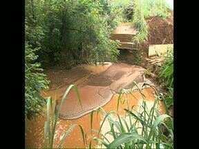 Ambientalista denuncia assoreamento na nascente do Cambezinho - Segundo Marcelo Arazaki, a lama que desce da duplicação da PR 445 e de uma obra particular, vem assoreando o riacho.