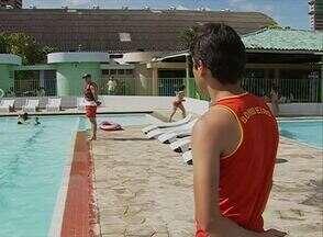 Lei sancionada obriga locais com piscina a manter um salva-vidas - Durante o horário de funcionamento locais que sejam de uso público têm que ter salva-vidas. Iniciativa tenta garantir mais segurança aos frequentadores.