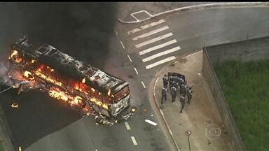 Manifestantes protestam em São Paulo contra morte de jovens e um ônibus é incendiado - Vândalos pararam dois ônibus na Avenida Jacu-Pêssego, incendiaram um e apedrejaram outro. Dois homens foram presos em flagrante.