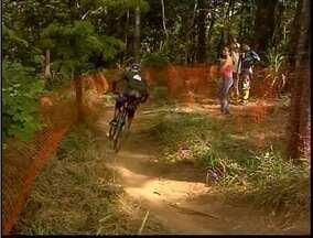 Primeira etapa mineira de Downhill é realizada em Ipatinga - Terreno desafiador é desenhado entre as árvores.