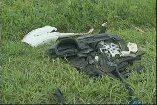Duas pessoas morrem e quatro ficam feridas em acidente na BR-324 - Um carro que estava no sentido Salvador-Feira de Santana atravessou o canteiro central e invadiu a pista contrária, batendo em um ônibus e em outro carro.
