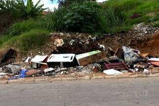 Córrego em frente a um ecoponto em Pirituba está cheio de lixo e entulho - Os Parceiros de Pirituba encontraram muita sujeira na beira de um córrego, em frente a um ecoponto. Prefeitura disse que a coleta de lixo na região é feita às terças, quintas e sábados.