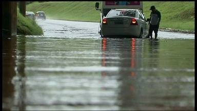 Chuva alaga vários pontos da cidade - No começo do Eixinho W-Norte, o gramado virou uma lagoa. Na Tesourinha da 102-Norte, o bueiro não aguentou a quantidade de água. Viadutos viraram cachoeiras. Motoristas ficaram ilhados.