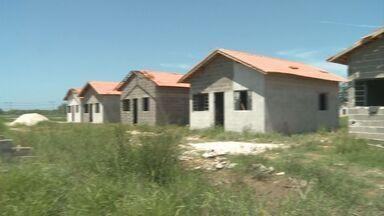 """Moradores reclamam de demora em obras de moradias - Munícipes foram sorteados no programa """"Minha Casa, Minha Vida"""""""