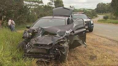 Carro e caminhão de prefeitura se envolvem em acidente na BR-459 - Carro e caminhão de prefeitura se envolvem em acidente na BR-459
