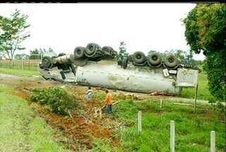 Carreta carregada de gás tomba no KM-91 da BR-101 em Campos, no RJ - Motorista foi levado para o hospital com ferimentos leves.Trânsito chegou a ser interrompido no local, mas já voltou ao normal.