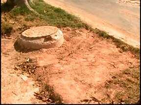 Moradores temem queda de árvore após obras da Copasa em Divinópolis - Poeira também incomoda; Prefeitura informou que Copasa será notificada.'Queremos é que a Copasa deixe o local como encontrou', afirma moradora.