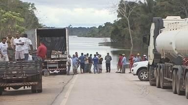 Caminhoneiros precisam seguir viagem para o Acre estão presos em Porto Velho - A causa, é a cheia do rio, que em alguns pontos da BR 364 chega a 1,50 de altura.