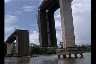 Acidente com balsa derruba trecho de ponte em Moju - A balsa bateu em um dos pilares da quarta ponte da Alça Viária, que fica sobre o rio Moju, derrubando parte da ponte.
