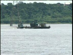 Balsa do Rio Paraná volta a funcionar em Guaíra - Apenas um caminhão e um carro fizeram a travessia para garantir a segurança.