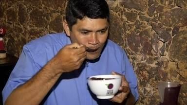 Açaí é prato principal e sobremesa no Pará - O açaí pode se acompanhado de peixe ou camarão. O alimento é tão consumido no Pará que, inclusive, existe um mercado que só vende a fruta.