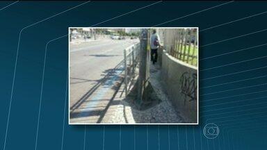 Fotos mostram que dois postes no meio da calçada geram transtornos na Central do Brasil - O flagrante foi feito na Praça Cristiano Ottoni, na Presidente Vargas, perto da Central do Brasil.