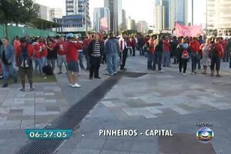 Sem-teto fazem protestos por moradia nesta manhã em SP - Integrantes do Movimento dos Trabalhadores Sem-Teto (MTST) realizam protestos na manhã desta quarta-feira (26). Manifestantes ocuparam o Largo da Batata, na Zona Oeste da capital paulista.