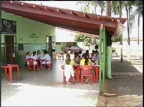 Moradores de Araguaína estão sendo atendidos em um bar por falta de unidade de saúde - Moradores de Araguaína estão sendo atendidos em um bar por falta de unidade de saúde.