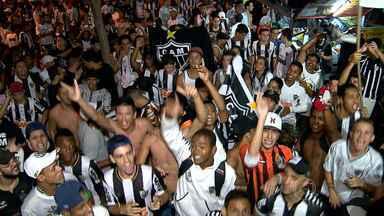 Torcedores do Galo fazem festa em Belo Horizonte pelo aniversário do time - Eles festejaram os 106 anos em frente à sede do clube, na capital mineira.