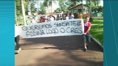Alunos da Universidade Estadual do Norte do Paraná fizeram protesto por mais professores - Alunos do Campus de Bandeirantes paralisaram as atividades ontem.