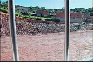 Obras de supermercado causam transtornos para moradores do Jardim Margarida em Mogi - Bairro fica no limite do município com Suzano e Itaquaquecetuba. Três Prefeituras embargaram obra.