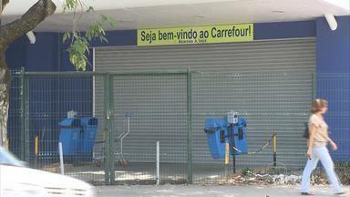 Supermercado Carrefour da Av. Domingos Ferreira é interditado - Fiscais encontraram produtos vencidos, prazos de validade alterados e mercadoria estragada, com a temperatura de conservação fora da recomendada pela legislação.