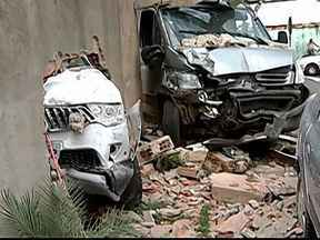 Residência é invadida por veículos pela sétima vez em Uberlândia - Caminhão e caminhonete bateram no muro após colisão em cruzamento PM disse que motoristas tiveram ferimentos leves e foram socorridos.