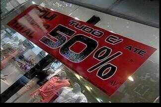 Lojas fazem liquidação das roupas de verão - Os descontos chegam a até 70%.