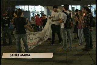 Bloco de Lutas realiza novo protesto contra o valor da tarifa de ônibus em Santa Maria, RS - Grupo de 50 pessoas que participam do Bloco de Lutas protestaram na praça Saldanha Marinho no início da noite de ontem.