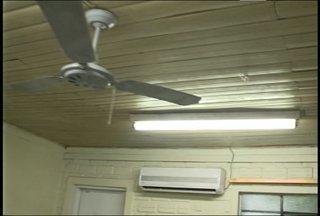 Salas de aula são interditadas em escola municipal de Santa Maria, RS - A Defesa Civil interditou as salas devido à falta de condições do telhado que pode desabar.