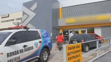 Homens armados roubam R$ 40 mil de agência bancária, em Manaus - Crime aconteceu por volta das 13h30 na Av. Autaz Mirim.Homens fugiram em um veículo sedan prateado.