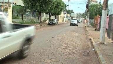 Comerciantes reclamam da qualidade do asfalto em rua de Cuiabá - Comerciantes reclamam da qualidade do asfalto na Rua Barão de Melgaço, em Cuiabá.