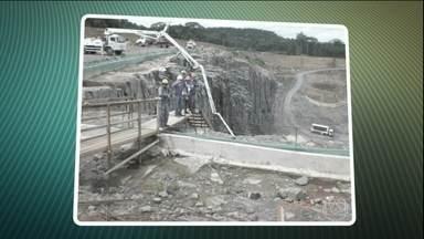 Quatro trabalhadores estão desaparecidos após rompimento de barragem no Amapá - Segundo os bombeiros. a barragem não resistiu às fortes chuvas que vêm caindo na Amazônia. Os operários foram arrastados pela enxurrada. Um grupo de mergulhadores ajuda a equipe de buscas aos desaparecidos.