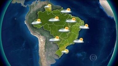 Previsão é de chuva para a região Norte - Imagens de satélite mostram nuvens carregadas espalhadas pelo Brasil. Há risco de temporais entre o oeste do Paraná, do Amazonas e da Paraíba. Tempo firme do Rio Grande do Sul ao leste de São Paulo e no norte de Roraima.